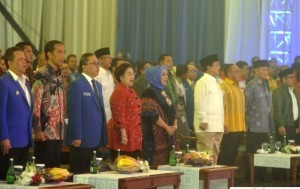 Presiden Jokowi di antara tokoh-tokoh KIH dan KMP saat hadir dalam pembukaan Rakernas PAN, di Bidakara, Jakarta, Rabu (6/5) malam