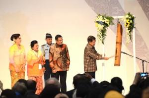 Wapres Jusuf Kalla memukul kentongan tanda pembukaan Gelar Batik Nusantara, di JCC Jakarta, Rabu (24/6)