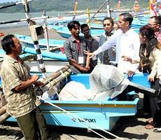 Presiden Jokowi berdialog dengan nelayan di Teluk Penyu, Cilacap, Jateng, Selasa (30/6)