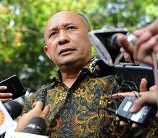 Tim Komunikasi Presiden Teten Masduki menjawab wartawan seusai rapat terbatas, di kantor Presiden, Jakarta, Kamis (18/6)