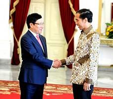 Presiden Jokowi menyambut Wakil PM Vietnam Pham Binh Minh, di Istana Merdeka, Jakarta, Kamis (25/6)