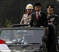 Presiden Jokowi memeriksa pasukan pada upacara HUT Bhayangkara, di Mako Brimob, Depok, Rabu (1/7)