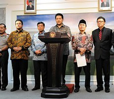 Ketua KPU Husni Kamil Manik bersama pimpinya unsur penyelenggara Pemilu dan wakil pemerintah dalam keterangan pers di kantor Kepresidenan, Jakarta, Rabu (8/7) sore