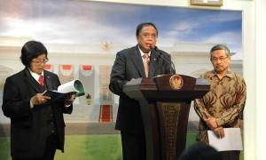 Menko Kemaritiman Indroyono Soesilo didampingi Menteri LHK nKepala BMKG menyampaikan keterangan pers, di kantor Presiden, Jakarta, Jumat 931/7)