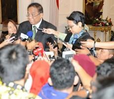Menko Kemaritiman Indroyono Soesilo dan Menlu Retno LP Marsudi memberikan keterangan pers terkait pertemuan Presiden Jokowi - Ketua MPR RRT Yu Zhenseng, di Istana Merdeka, Jakarta, Senin (27/7)