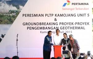 Presiden Jokowi didampingi Menko Kemaritiman, Menteri BUMN meresmian beroperasinya PLTP Kamojang, di Kab. Bandung, Jabar, Minggu (5/7)