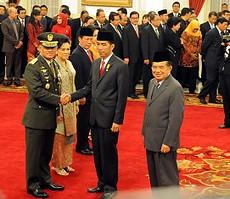 Presiden Jokowi didampingi Wapres Jusuf Kalla memberikan ucapan selama kepada Jenderal Gatot Nurmantyo yang baru dilantiknya menjadi Panglima TNI, di Istana Negara, Jakarta, Rabu (8/7)