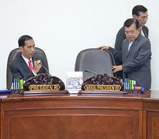 Presiden Jokowi dan Wapres Jusuf Kalla sebelum rapat terbatas, di kantor Kepresidenan, Jakarta, Rabu (8/7)