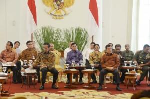 Presiden Jokowi didampingi Wapres Jusuf Kalla dan sejumlah menteri, di Istana Bogor, Rabu (5/8)