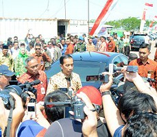 Presiden Jokowi memberikan penjelasan soal pelemahan rupiah, saat tiba di Titik 25 Kolam Penampungan Lumpur Sidoarjo, Selasa (25/8) siang.