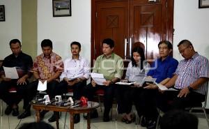 Ketua KPU Husni Kamil Manik bersama komisioner KPU lainnya memberikan keterangan pers, di kantor KPU, Senin (3/8) malam