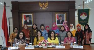 Penasehat DWP Setkab Endang Nugrahani Pramono Anung Wibowo berfoto bersama Daisy Indira Andi Widjajanto dan pengurus DWP Setkab, di Gedung Kemensetneg, Jakarta, Senin (24/8)