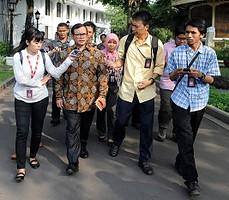 Seskab Pramono Anung menjawaba wartawan seusai Sidang Kabinet Paripurna, di kantor Kepresidenan, Jakarta, Rabu (19/8)