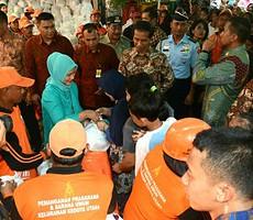 Presiden Jokowi didampingi Ibu Negara Iriana membagikan paket sembako kepada warga Kebon Jeruk, Jakarta Barat, Selasa (1/9)