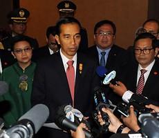 Presiden Jokowi didampingi Seskab Pramono Anung dan Menlu Retno Marsudi menjawab wartawan, di Dubai, UEA, Senin (14/9)