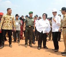 Presiden Jokowi didampingi Panglima TNI dan sejumlah menteri meninjauh titik api, di Desa Guntung Damar, Kecamatan Landasan Ulin, Kota Banjarbaru, Kalsel, Rabu (23/9).
