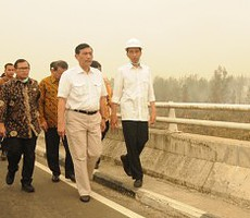 Presiden Jokowi didampingi sejumlah pejabat saat meninjau lokasi kebakaran hutan di Kabupaten Pulang Pisau Provinsi Kalteng, Kamis (24/9) lalu