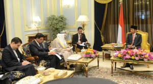 Presiden Jokowi menerima Sekje OKI Iyad, di Istana Raja Faisal, Jeddah, Sabtu (12/9)