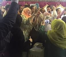 Diaspora Indonesia berebut selfi dengan Presiden Jokowi dalam pertemuan di Wisma Duta, Doha, Qatar, Senin (14/9) malam