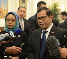 Seskab Pramono Anung didampingi Menlu Retno Marsudi memberikan keterangan kepada wartawan, di Istana Raja Faisal, Jeddah, Sabtu (12/9)