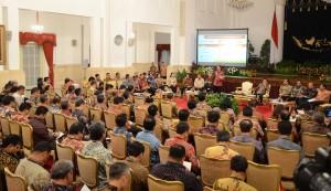 Presiden Jokowi memberikan arahan kepada para direktur utama BUMN, di Istana Negara, Jakarta, Rabu (21/10) malam