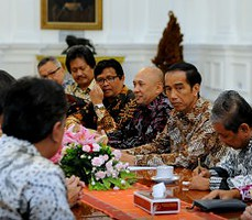 Presiden Jokowi didampingi Kepala Staf Presiden Teten Masduki menerima pengurus INAPLAS dan GIAPTI, di Istana Merdeka, Jakarta, Senin (12/10) siang
