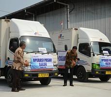 Presiden Jokowi didampingi Menteri BUMN dan Dirut Bulog melepas Operasi Pasar Beras, di Gudang Bulog, Jakarta Utara, Jumat (2/10)