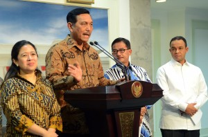 Menko Polhukam Luhut B. Pandjaitan menjelaskan langkah-langkah penanganan bencana kabut asap, di kantor Kepresidenan, Jakarta, Jumat (23/10) siang
