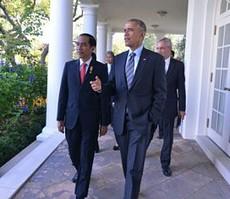Presiden Obama mengajak Presiden Jokowi berjalan di lorong kebun mawar, di Gedung Putih, Washington DC, AS, Senin (26/10) siang waktu setempat