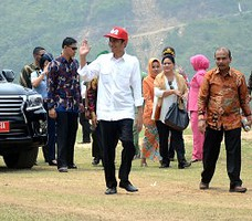 Presiden Jokowi dan Ibu Negara Iriana tiba di Pantai Mandeh, Pesisir Selatan, Sumbar, Sabtu (10/10), untuk meresmikan Percepatan Pembangunan Kawasan Wisata Bahari Terpadu Mandeh