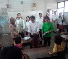 Presiden Jokowi didampingi Ibu Negara Iriana meninjau sekolah aman asap, di Palangkaraya, Kalteng, Sabtu (31/10) siang