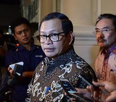 Seskab Pramono Anung didampingi Waseskab Bistok Simbolon menjawab wartawan, di Istana Negara, Jakarta, Rabu (21/10)