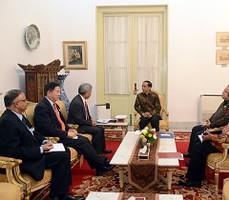 Presiden Jokowi didampingi Menkeu dan Menteri PPN/Kepala Bappenas menerima pimpinan AIIB, di kantor Presiden, Jakarta, Rabu (4/11) siang