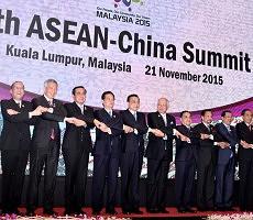 Para Kepala Pemerintahan Negara ASEAN dan PM RRT Li Keqiang berfoto bersama pada KTT ASEAN-China, di Kuala Lumpur, Malaysia, Sabtu (21/11). Foto: Cahyo/Setpres