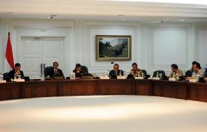 Presiden Jokowi didampingi Wapres Jusuf Kalla memimpin Sidang Kabinet Paripurna, di kantor Presiden, Jakarta, Senin (2/11) sore