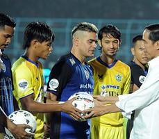 Presiden Jokowi membagikan bola kepada pemain Arema dan Persegres sebelum kick off Piala Jenderal Sudirman, di Malang, Jatim, Selasa (10/11) malam