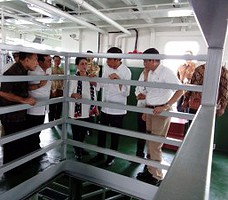 Presiden Jokowi didampingi Menhub Ignasius Jonan meninjau ruang dalam kapal pengangkut ternak, di Bangkalan, Jatim, Selasa (10/11)