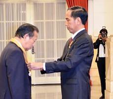 Presiden Jokowi menganugerahkan Bintang Jasa Utama kepada Toshihiro Nakai, Ketua Liga Parlemen Jepang, di Istana Negara, Jakarta, Senin (23/11)