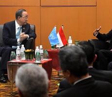 Presiden Jokowi didampingi sejumah menteri Kabinet Kerja bertemu dengan Sekjen PBB Ban Ki-moon, di sela-sela KTT ASEAN, di Kuala Lumpur, Malaysia, Minggu (22/11). Foto: Cahyo/Setpres