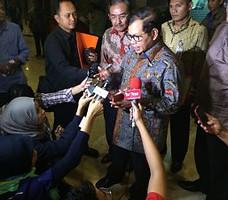 Seskab Pramono Anung menjawab wartawan seusai rapat kerja dengan Komisi II DPR, di DPR RI, Jakarta, Selasa (24/11) malam