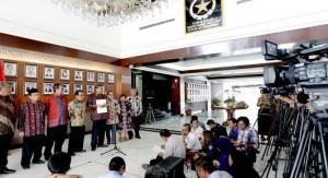 Pansel ORI menyampaikan keterangan pers  mengenai 18 nama calon yang diserahkan kepada Presiden, di Kemensetneg, Jakarta, Jumat (13/11)