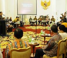 Presiden Jokowi memberikan arahan pada sidang kabinet paripurna, di Istana Kepresidenan, Bogor, Jabar, Senin (23/11)