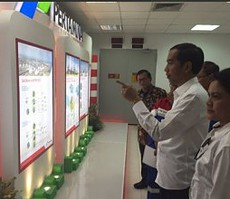 Presiden Jokowi didampingi Ibu Negara Iriana dan Seskab Pramono Anung meninjau ruangan di TPPI, Tuban, Jatim, Rabu (11/11)