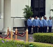 Wakil Seskab Bistok Simbolon membacakan amanat Presiden Jokowi pada upacara Peringatan HUT ke-44 Korpri, di halaman Gedung II Kemensetneg, Jakarta, Senin (30/11) pagi