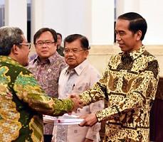 Presiden Jokowi didampingi Wapres Jusuf Kalla dan Menkeu menyerahkan DIPA 2016 kepada Gubernur Jabar Ahmad Heryawan, di Istana Negara, Jakarta, Senin (14/12) pagi
