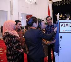 Presiden Jokowi menyaksikan penggunaan ATM Disabilitas, pada peringatan Hari Disabilitas, di Istana Negara, Jakarta, Kamis (3/12) siang