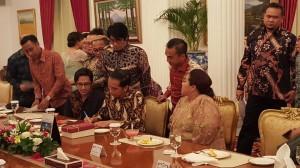 Para komedian meminta tanda tangan Presiden Jokowi, di Istana Negara, Jakarta, Rabu (16/12) malam