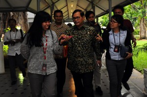 Seskab Pramono Anung menjawab wartawan saat berjalan meninggalkan kantor Presiden, Rabu (16/12)