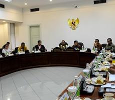 Presiden Jokowi didampingi Wakil Presiden Jusuf Kalla memimpin ratas bidang Polhukam, di kantor Presiden, Jakarta, Rabu (16/12) sore