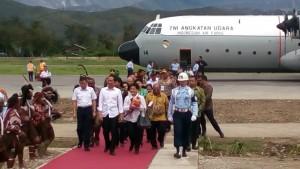 Presiden Jokowi didampingi Ibu Negara Iriana saat berkunjung ke Wamena, Papua (30/12)